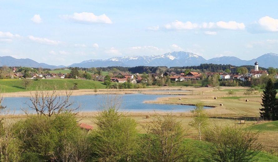 Iffeldorf mit See und schneebedeckten Bergen im Hintergrund