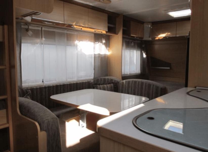 Innenaussattung vom Wohnwagen mit Kücke, Sitzecke und Elternbett