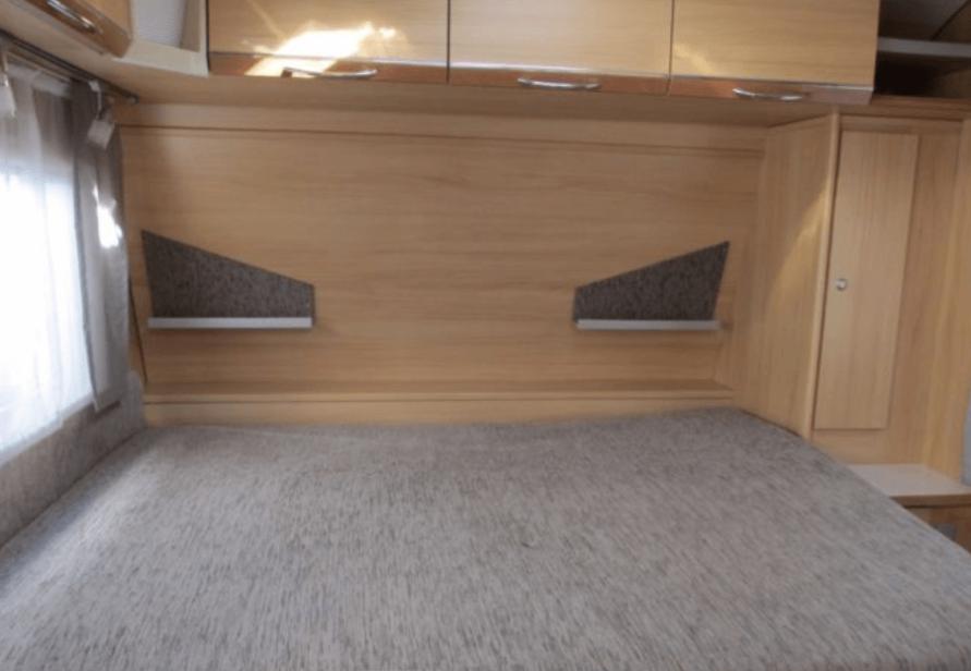Elternbett im LMC Wohnwagen vor Renovierung