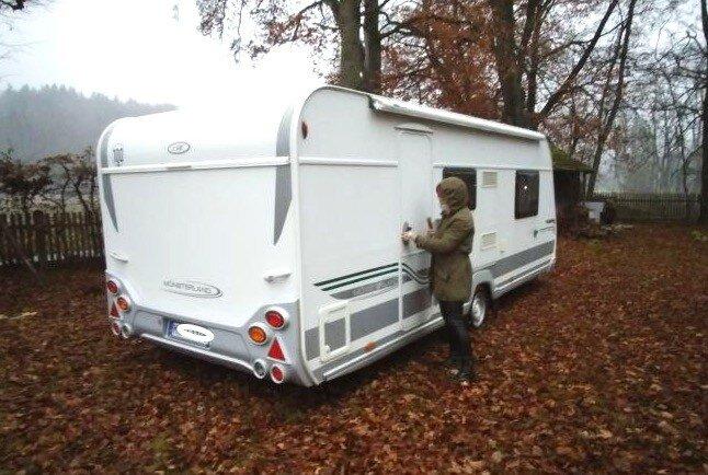 Wohnwagen im Herbst auf Blättern auf dem Winterstellplatz von Freunden