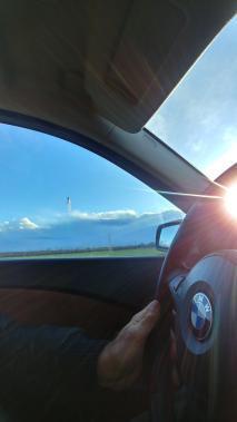 Blick aus dem Seitenfenster des BMW Fahrersitzes Richtung Berge