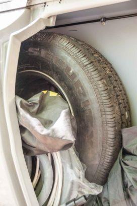 Reserverad im Gaskasten des Wohnwagens