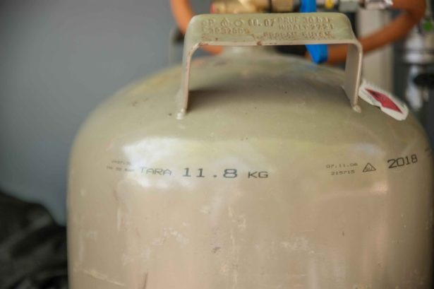 Nahaufnahme von Gasflasche im Wohnwagen Gaskasten mit 11,8kg Tara Gewicht