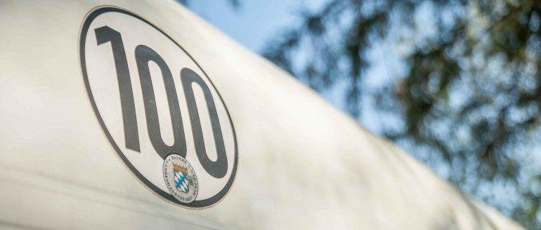 Wohnwagenkauf - 100er Plakette am Heck des Wohnwagens
