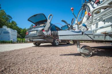 Wohnwagen Auflauf Vorrichtung inklusive Bugrad vor dem anhängen an das Zugfahrzeug