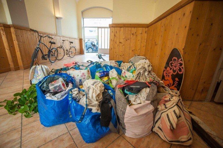 Gepäck und Poviant für den Urlaub mit dem Wohnwagen in Ikea Taschen verpackt