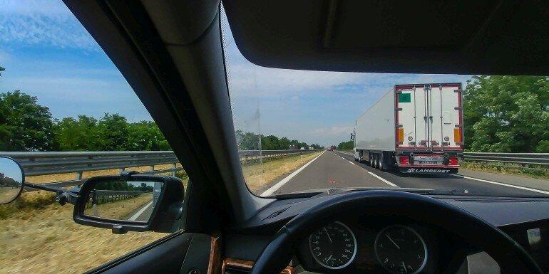 auf der AUtobahn in Italien mit dem Wohnwagen Gespann einen LKW überholen
