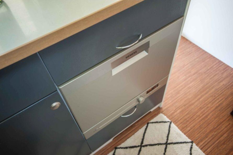Geschirrspüler in der Küchen Wohnwagen Zeile fest eingebaut Ambient