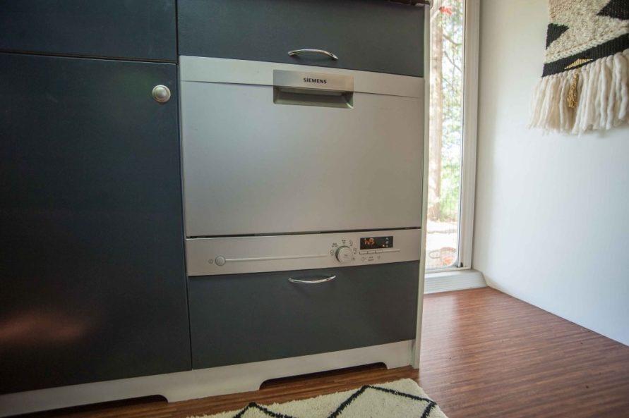 Gescirrspüler im Wohnwagen in der Küchenzeile fest eingebaut und verblendet