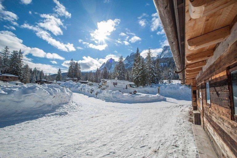 verschneite Stellplätze auf dem Caravan Park Sexten mit Winter Panorama