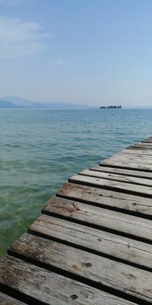 Bootssteg mit Blick auf den Gardasee