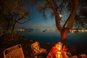 Wohnwagen Stellplatz mit Blick auf den Gardasee bei Nacht