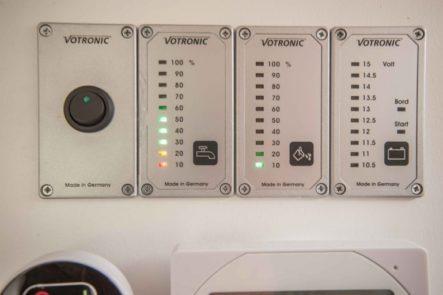 Frischwasser und Abwasser Tankanzeigen für den Betrieb des Geschirrspülers im Wohnwagen