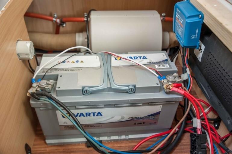 AGM 95 Ah Mover Batterie unter der Sitzbank im Wohnwagen