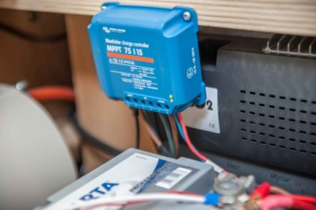 Victron Ernergy BlueSolar MPPT Laderegler 75/15 neben der Wohnwagen Batterie