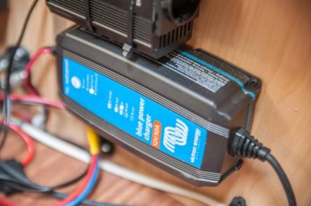 Victron Energy Batterie Ladegerät in der Sitzbank vom Wohnwagen