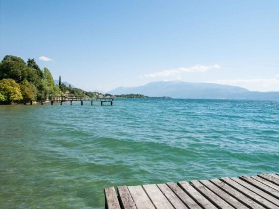 Blick vom Steg am Gardasee auf den See