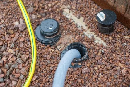 Abwasser Grauwasser Ablauf im Boden auf dem Camping Stellplatz