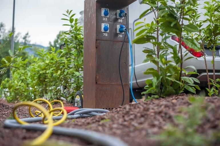 Anschlußbox für Strom, TV, Frischwasser und Abwasser auf dem Camping Stellplatz