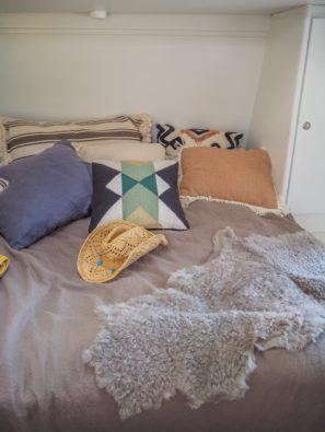 Ethno Style Dekoration auf dem Bett im Wohnwagenethno style pflanzen wohnwagen camping, outdoor, interieur, mysmallhouse.de