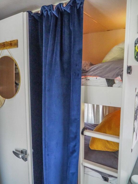 Ethno Style Dekoration an den Kinder Stockbetten im Wohnwagen