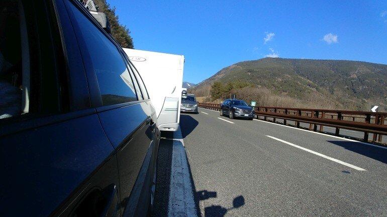 Wohnwagen Gespann auf dem Autobahn Standstreifen