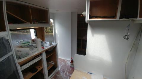 Wohnwagen Küche wird neu mit weisser Farbe gestrichen