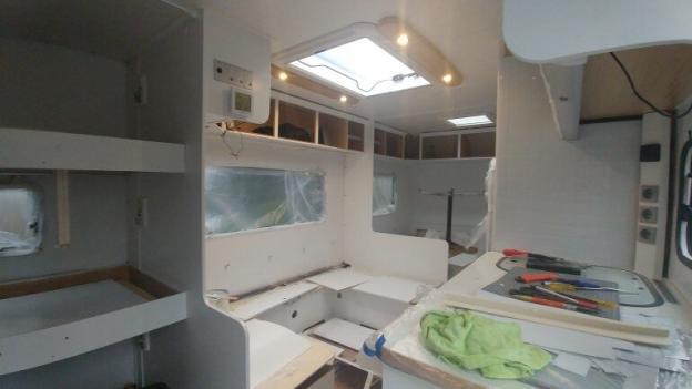 Schlafbereich, Essecke und Küche werden neu weiss gestrichen