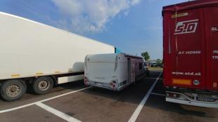 Wohnwagen wird autark - Zwischenübernachtung mit dem Wohnwagen auf einem Autobahn Parkplatz zwischen zwei LKWs
