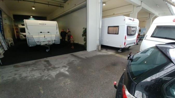 Übergabe des Wohnwagens in einer Halle beim Verkäufer