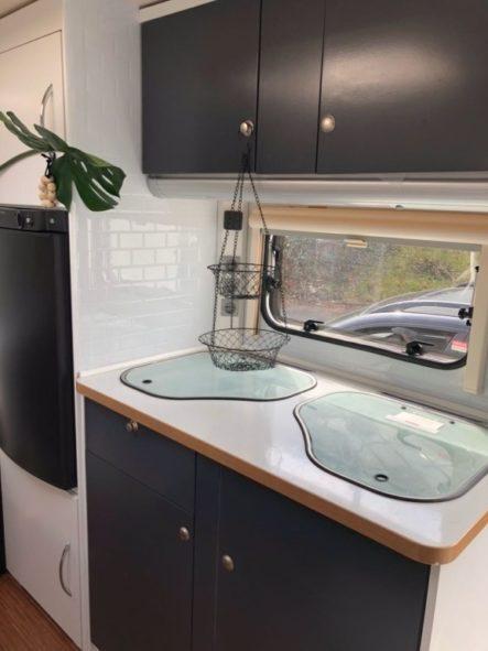 Küchenzeile mit Fliesenfolie fertig beklebt und renoviert