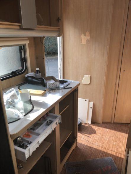 Wohnwagen Küche auseinander gebaut und angeschliffen