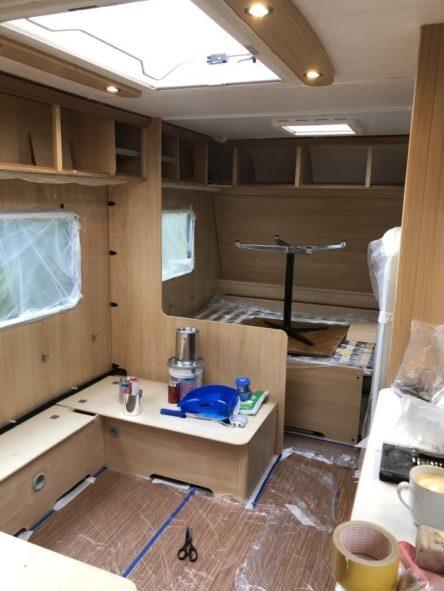 abgeklebter Wohnwagen Innenraum vor dem Streichen