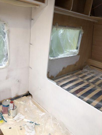 streichen des Wohnwagens innen mit 2K Emaille Farbe in weiss