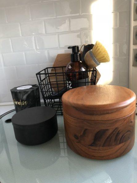 Küchenzeile mit Fliesenfolie dekoriert mit Kleinteilen Boho