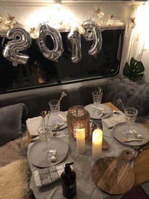 Ethno Style Dekoration auf dem Tisch im Wohnwagen Sitzbereich