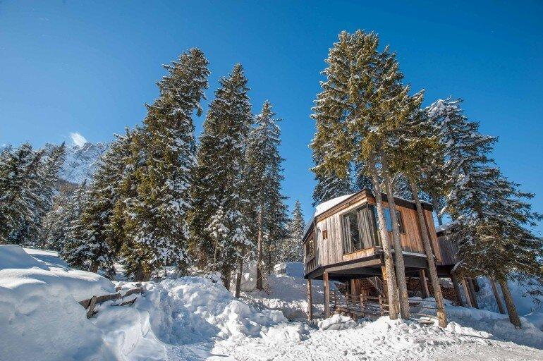 Mietunterkunft auf Stelzen in Baumkrone im Caravan Park Sexten im Winter