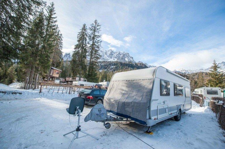 Wohnwagen im Schnee beim Wintercamping in Südtirol
