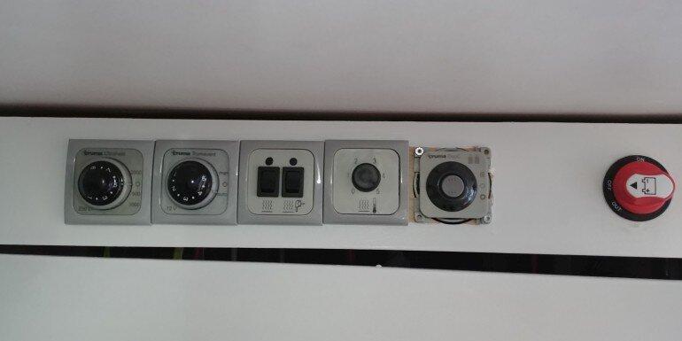 Truma Bedienpanels Ultraheat, Trumatic S 5002 Gebläsesteuerung, Fußbodenerwärmung, Duocontrol CS und 12V Hauptschalter im Wohnwagen
