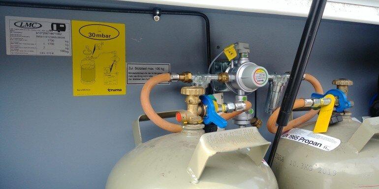 Truma Duocontrol CS eingebaut im Gaskasten den Wohnwagens und an zwei 11 kg Gasflaschen angeschlossen