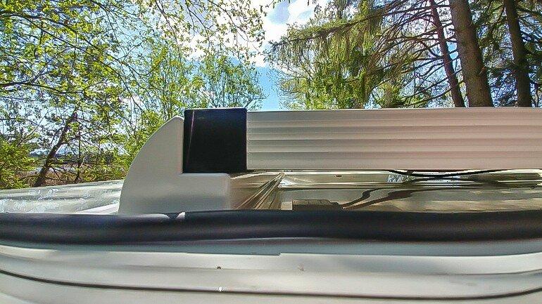 Installation einer Solaranlage am Wohnwagen - Befestigung des Solarpanels mit einem Dachspoiler