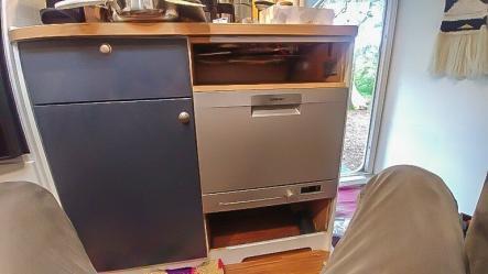 Geschirrspüler in der Wohnwagen Küchenzeile integriert