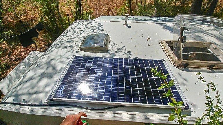 Wohnwagen Dach mit aufgeklebtem Solarpanel