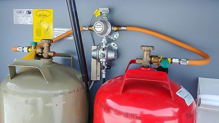 Truma DuoControl CS an zwei 11 kg Gasflaschen in der Stauklappe des Wohnwagens