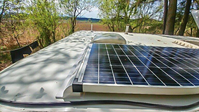 Installation einer Solaranlage am Wohnwagen - 130 W Solarpanel auf dem Wohnwagen Dach