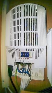 Wohnwagn wird autark - Dometic Wohnwagen Umformer mi Strom Anschlussklemmen im Kleiderschrank