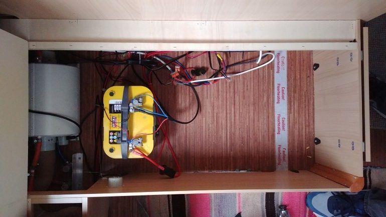 Wohnwagen wird autark - Batterie im Staukasten unter der Wohnwagen Sitzbank