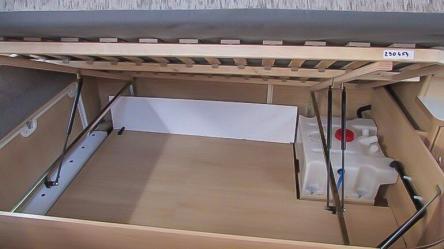 Innenliegender 44l Abwassertank auf doppeltem Boden im Wohnwagen Bettkasten