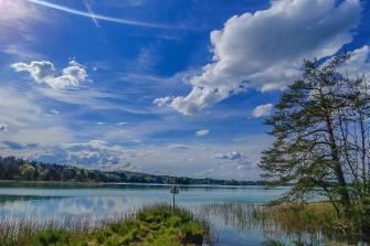 Osterseen mit Wolkenformation und grünen Wiesen