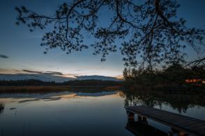 Blick über den See bei Abenddämmerung